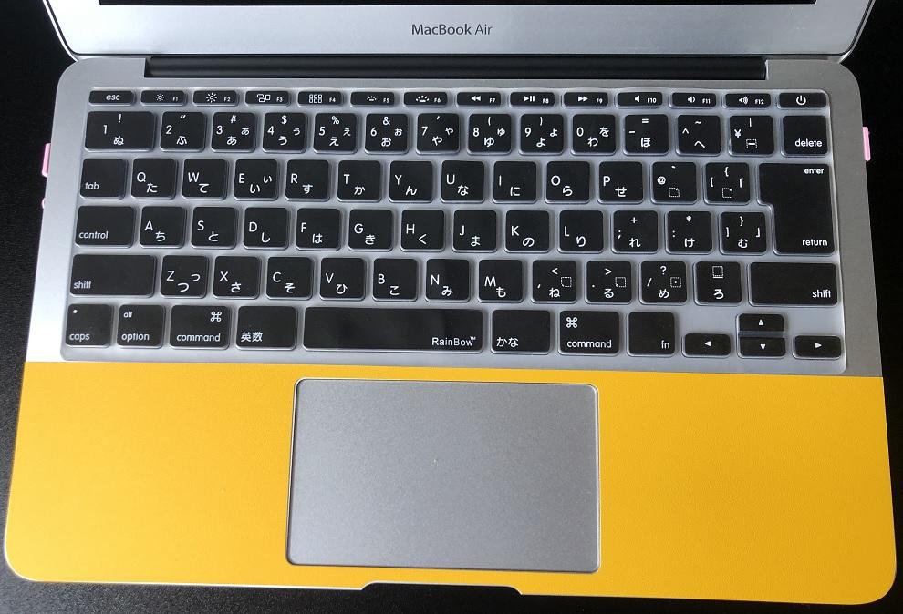 MacBookAirイエロー中